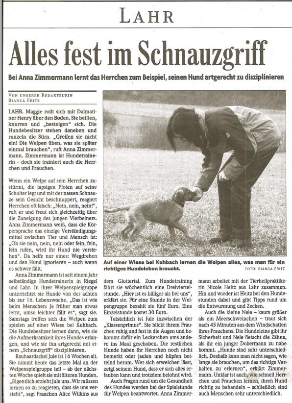 Alles fest in Hundeschnauze. Bei Anna Zimmermann lernt ein Herrchen seinen Hund artgerecht zu disziplinieren.